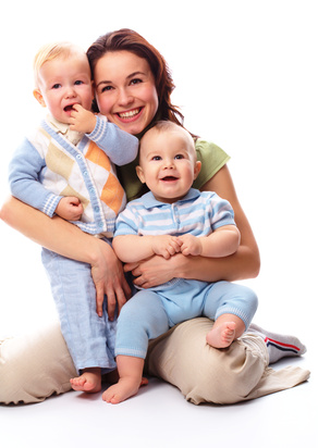 Mom with two kids © Serhiy Kobyakov - Fotolia.com