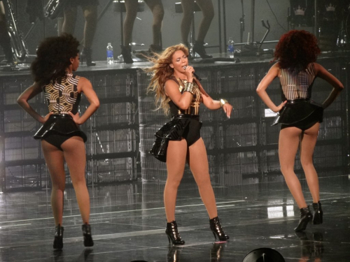 Beyonce_with_two_female_dancers_2013
