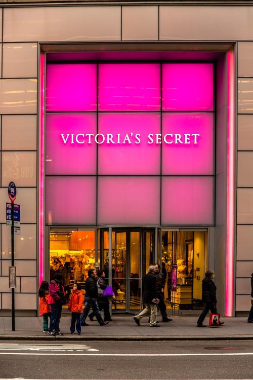 1440px-Victoria's_Secret_Store_9 _722_Lexington_Ave _New_York _NY_10022 _USA_-_Dec_2012